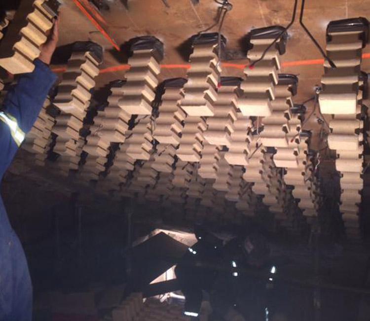 RÉALISATION #9  CHANTIER / COULÉE  Fabrication et installation d'un ensemble de pièces réfractaires pour une retenue sécuritaire de plafonds.…